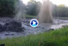 ¡Uff! Una bolsa de gas metano entra en erupción en un obstáculo de agua en un campo de golf (VÍDEO)