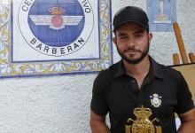 Jorge Simón alza  el trofeo de ganador del Circuito de Madrid de Profesionales en Barberán