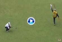 La alegría de Damon Green, caddie de Z. Johnson, al embocar éste el putt en el 18 para el -15 (VÍDEO)