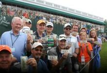 La 'locura' del magnate: Dio 600$ a cada uno de los aficionados del 18 gracias a dos Hoyos en Uno