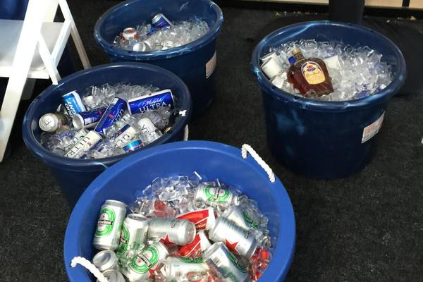 Harman invitó a los periodistas a licor y cerveza tras sus dos aces en Plainfield