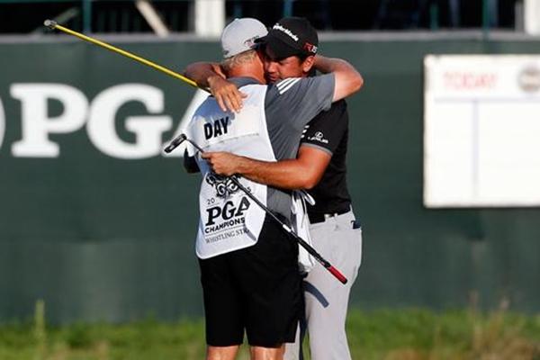 Jason Day abraza a Colin Swatton en el green del 18 Foto: @PGA_com