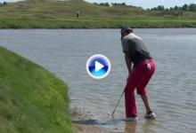 Por golpes como este es el nº 1 del mundo. McIlroy se metió dentro del lago para salvar el par (VÍDEO)