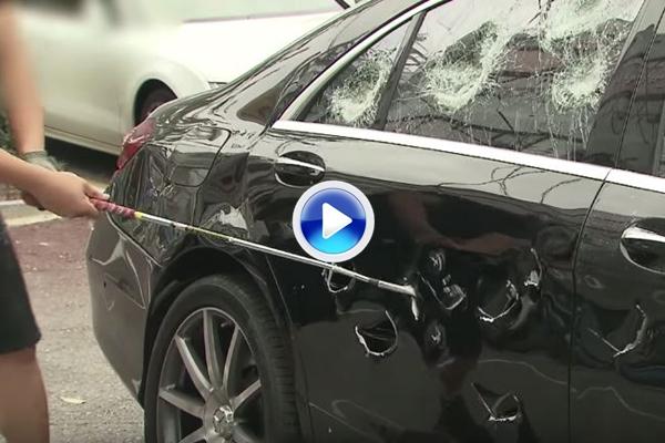 Brutal: Un hombre destroza un Mercedes AMG de 180.000$ con un palo de golf y mucho swing (VÍDEO)