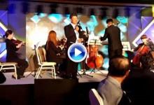 Choi se enfunda el esmoquin y da el cante en un evento benéfico a favor de su fundación (VÍDEO)