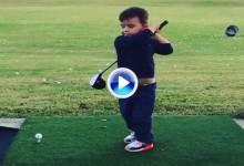 Atención a este pequeño golfista de tan solo dos años y medio y un swing a lo John Daly (VÍDEO)