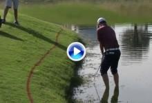 Nick Taylor comprobó lo duro que a veces es el golf. No pudo sacar la bola desde dentro del agua VÍDEO