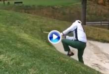 Este empleado de Golf Digest vivió una odisea en el búnker ante las risas de sus compañeros (VÍDEO)