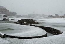 El Old Course de St. Andrews cubierto de nieve en el día de la fiesta nacional