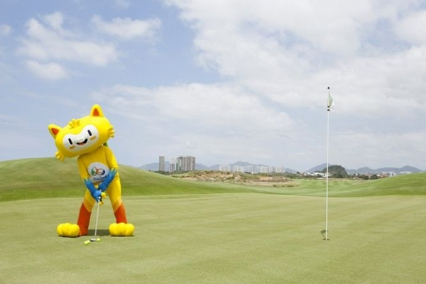 La mascota de los Juegos Olímpicos Rio 2016, Vinicius, da el primer golpe en el nuevo campo olímpico. Foto: Rio 2016-Felipe Varanda