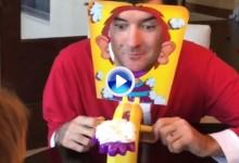 Bubba Watson disfruta de sus vacaciones en familia jugando con su hijo Caleb a 'tartazo' limpio (VÍDEO)