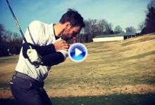 ¡Bingo! Jugador emboca la bola con un chip desde 40 metros ayudándose de un solo brazo (VÍDEO)