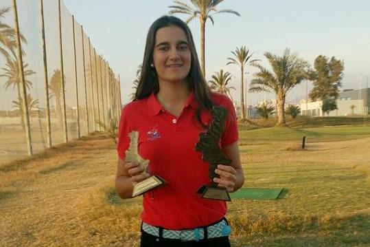 Teresa Argilés muestra orgullosa sus trofeos