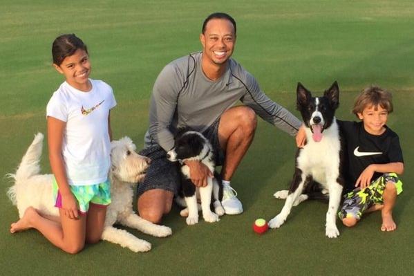 Tiger Woods con sus hijos y perros. Foto @darrenrovell