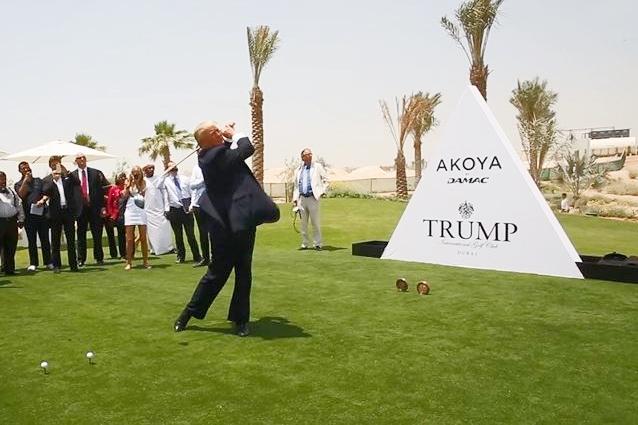 Donald Trump en Dubai dando el golpe de inauguración