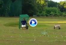 ¿Buggie recogebolas en el campo de prácticas? En Filipinas se utiliza el hombre-jaula (VÍDEO)