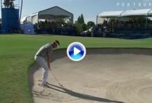 El golf es duro: Filazo de Overton desde el bunker. Las gradas salvaron el fuera de límites (VÍDEO)