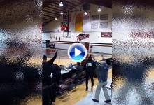 Un estudiante de EE.UU. emboca un putt de 28m. sobre el parqué de una cancha de basket (VÍDEO)