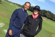 Tiger participa en un evento de su fundación y aprovecha para darle a Michelle Wie unas clases