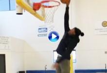 ¡Boom shakalaka! Tony Finau se aprovechó de sus casi 2 mts. y realizó este mate a una mano (VÍDEO)