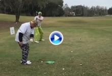 John Daly chipea con una mano para que su amigo la reviente en el Trick Shot de la semana (VÍDEO)