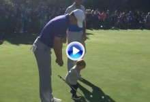 El hijo de Dustin Johnson (1 año) le 'robó' el putter a Spieth en el putting green de Pebble Beach (VÍDEO)