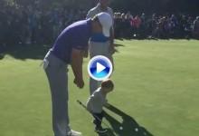 El hijo de Dustin Johnson (1 año) le 'robó' el putter a Spieth en el putting green de Pebble Beach (VÍDEO)
