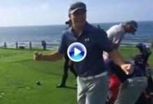 Jordan Spieth se parte de risa con el socket de su caddie, Michael Greller, en Pebble Beach (VÍDEO)