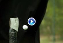 Vea lo que sucede cuando una bola, golpeada con un driver, impacta en el filo de un hacha (VÍDEO)