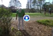 El Golf es duro: Hicks se quedó sin stance y tuvo que jugar su bola de espaldas al green (VÍDEO)