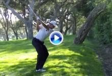 Golpazo a cámara lenta de Sergio entre los árboles. Fue en el 16, el hoyo más difícil del campo (VÍDEO)