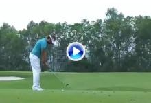 El golf es duro: Así te arruina un gran golpe el palo de la bandera, preguntar a Dubuisson (VÍDEO)