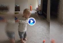 Tiene tan solo 18 meses y un swing y una puntería envidiable. Vean si no como deja la cabeza (VÍDEO)