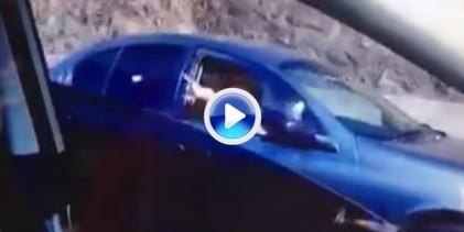 Una mujer da calabazas desde el coche a un hombre y éste responde lanzándole bolas (VÍDEO)