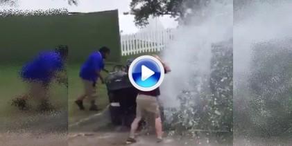El agua fue un problema en el Byron Nelson. Este aficionado derribó una boca de incendios (VÍDEO)