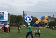Spieth se lo pasa pipa: intentó golpear una pelota sujetada por globos y generó la risa general (VÍDEO)