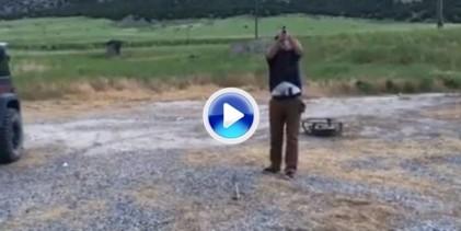 Harry el sucio se quedaría corto con la puntería de este tipo a una bola de golf (VÍDEO)