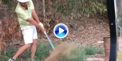 ¡La venganza del karma! Este hombre golpeó la bola contra un poste de metal y acabó lesionado (VÍDEO)