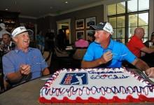 Toms y Kelly, homenajeados con una gran tarta por el PGA al llegar a la cifra de 600 torneos disputados