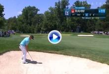 Y para empezar… ¡birdie! Gran golpe de Jon Rahm desde la arena, dejó la bola dada (VÍDEO)