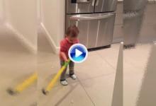 Descubran a Sam, el niño de 16 meses que es capaz de fabricar hielo para golpearlo con el palo (VÍDEO)