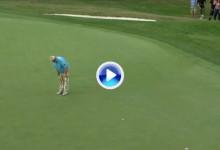 ¿Nueva rutina? John Daly decide pasarse a los putts con una sola mano en el Champions Tour (VÍDEO)