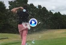 Este hombre es grabado a cámara lenta mientras recibe globazos de agua desde el tee (VÍDEO)