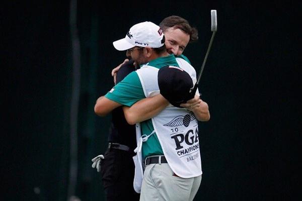 El golfista y el caddie compartan mucho más que una relación laboral. Foto: @PGAChampionship
