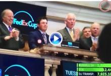 Reed destrozó el martillo de la Bolsa de Nueva York tras dar por terminado el día bursátil (VÍDEO)