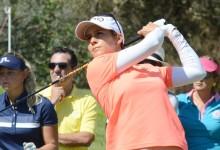 Azahara impone su ritmo en el Open de España y comanda en solitario con la mejor vuelta del día