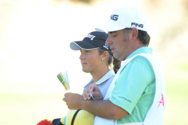 María Parra con su hoy caddie, José Antonio su profesor