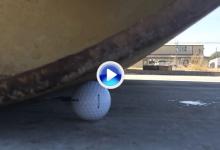 ¿Que cree que sucedería si una apisonadora pasa por encima de una bola de golf? ¿Seguro? (VÍDEO)
