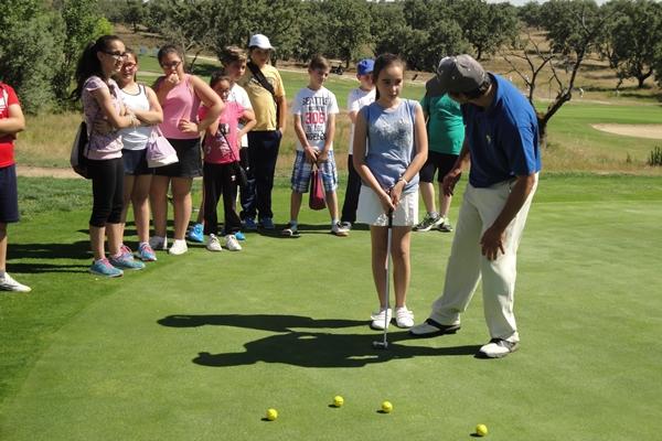 David Pastor, presidente de la PGA, con niños durante una clase de golf