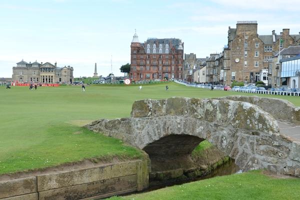 El Old Course de St Andrews y su Swilcan Bridge. Foto OpenGolf.es